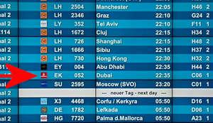 Flughafen München MUC Anzeigetafel mit Abflugzeit nach Abu Dhabi