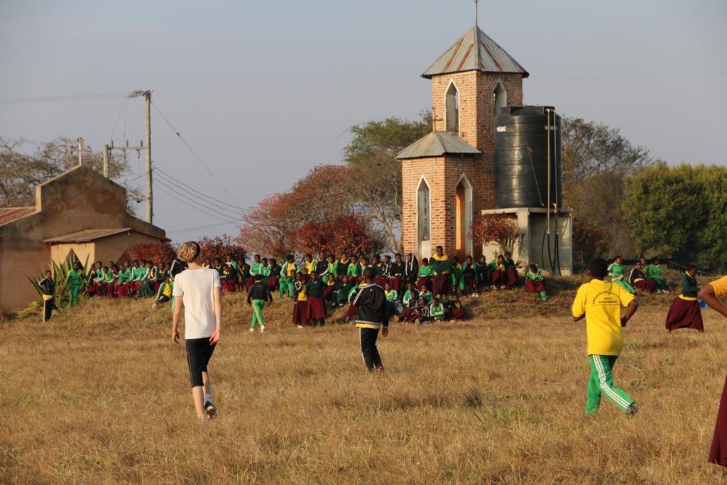 Gemeinsames Fußballspielen in Emmaberg