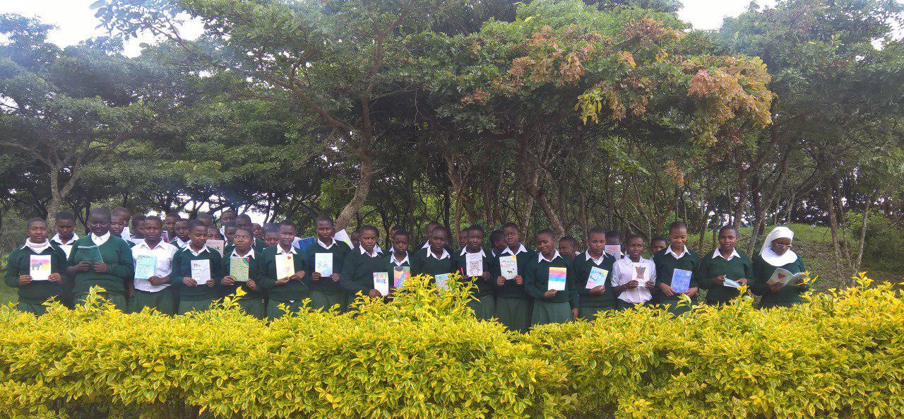 Schülerinnen in Emmaberg erhalten Memory books