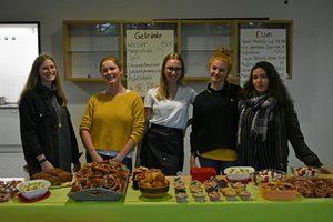Schülerinnen des P-Seminars beim Essensverkauf