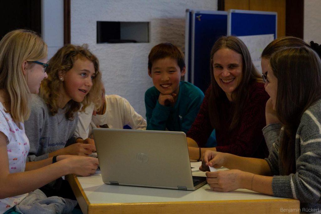 Gemeinsame Arbeit an einer Präsentation zur Info über unserer Partnerschaft für die 5. Klassen.