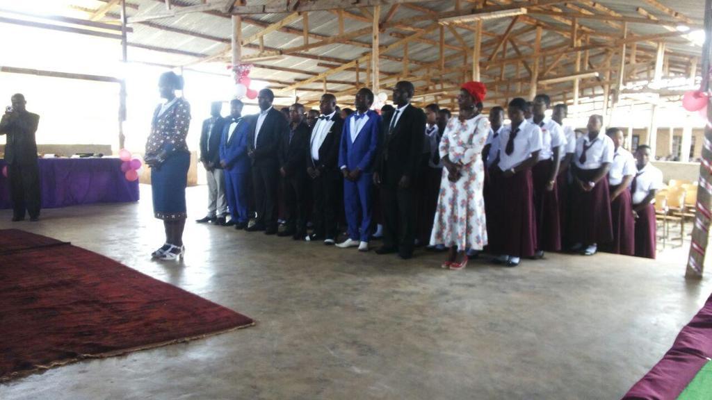 Eltern und Schülerinnen sowie Lehrer und Lehrerinnen bei der Abschlussfeier in Emmaberg