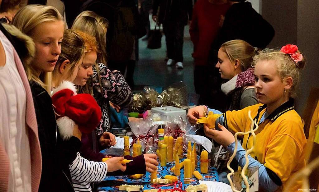 Verkauf von Gebasteltem beim Weihnachtsbazar am KHG