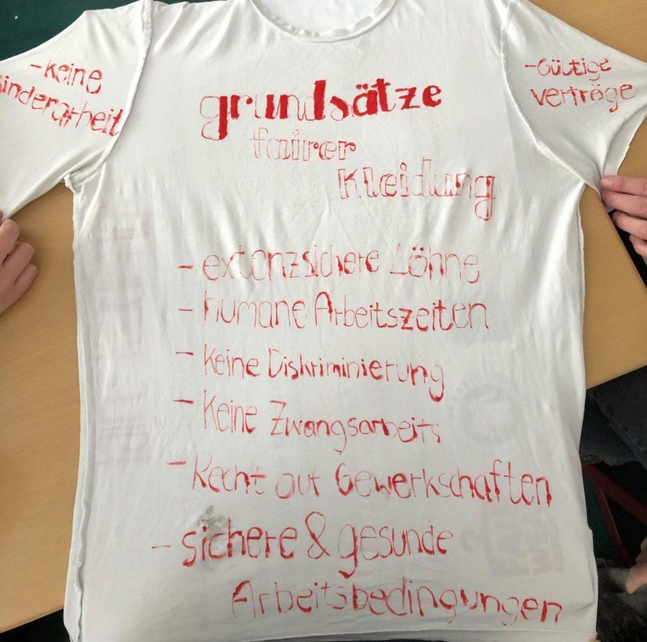 Präsentation zu fairer Kleidung - beschriftetes T-Shirt