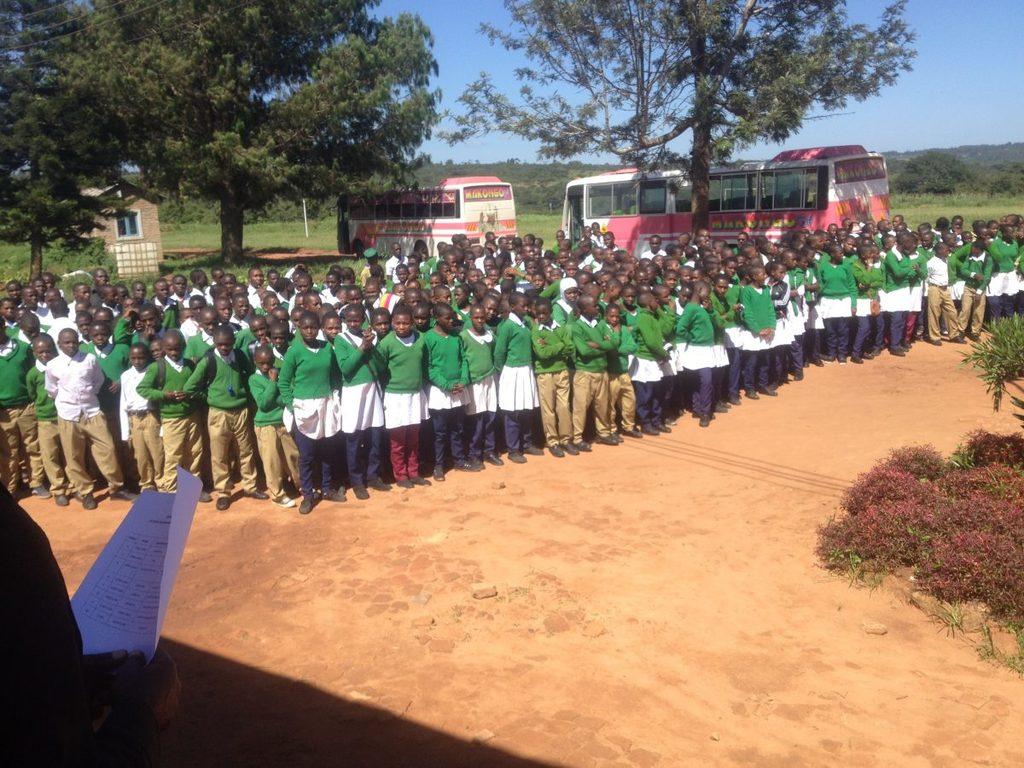 Die Schülerinnen und Schüler aus Ilembula kommen mit Bussen im ca. 40 km entfernten Emmaberg an.