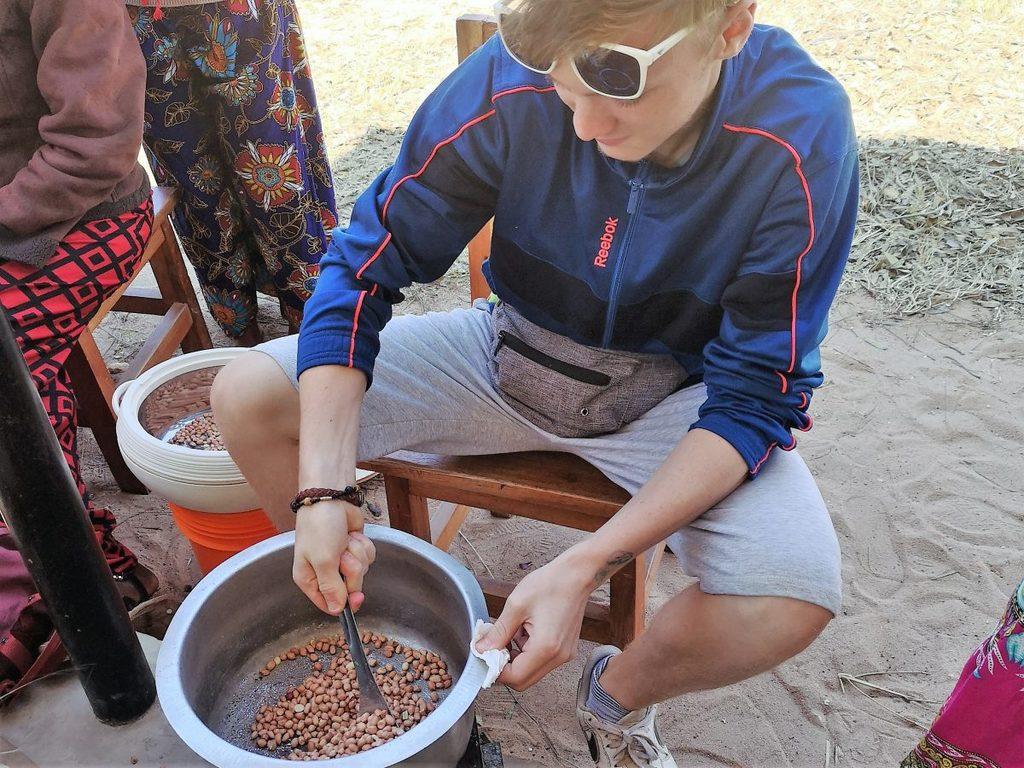 ILESS: Erdnüsse werden geröstet