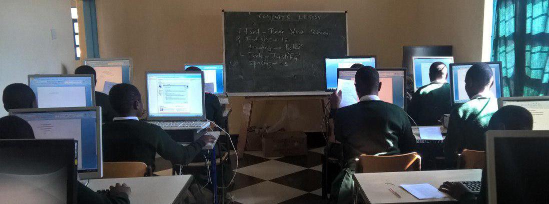 Schülerinnen der neuen Form V beim Computerunterricht
