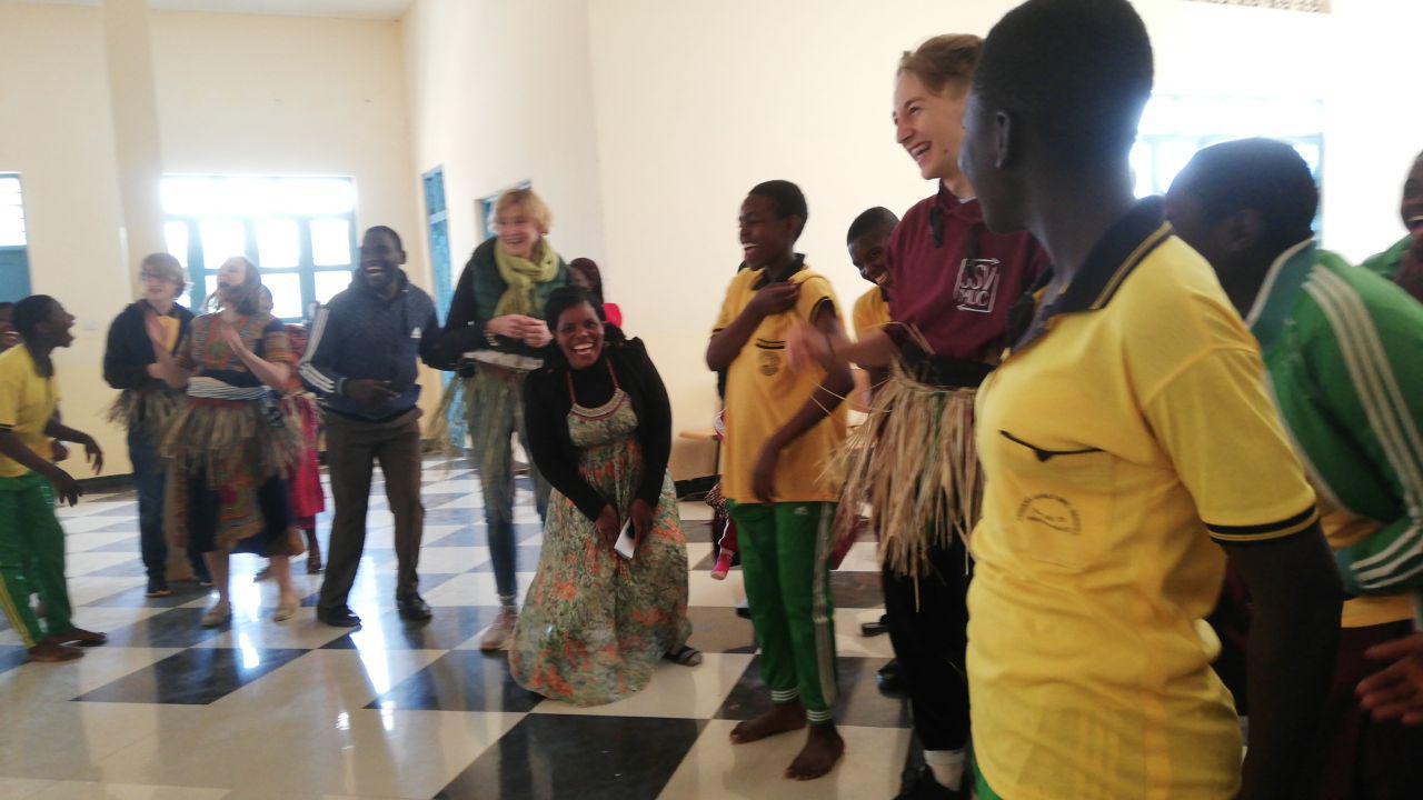 Spaß beim Erlernen eines tansanischen Tanzes
