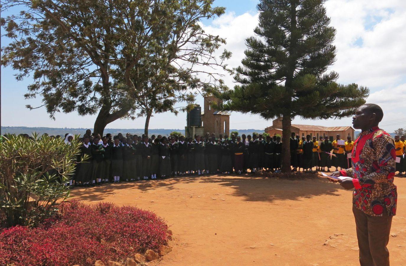 Benson Kilasi vor den Schülerinnen in Emmaberg im August 2019