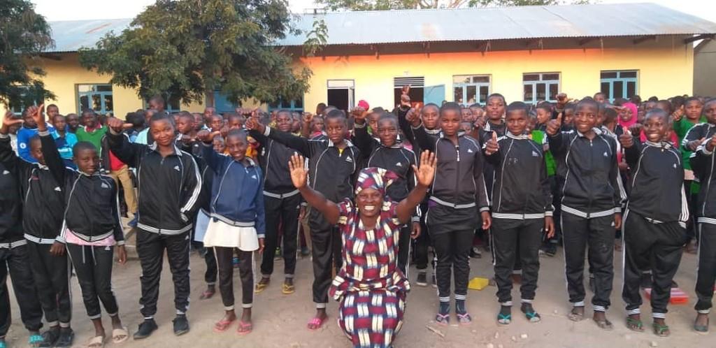ILESS: Schulleiterin Mrs. Mwilange und die Schülerinnen und Schüler sind glücklich und dankbar